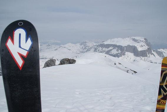 Der Blick vom Gipfel der Creta di Rio Secco nach Nordwesten zum Trogkofel (rechts) und zum Hochwipfel (Bildmitte)