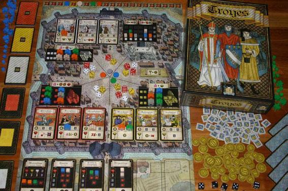 Troyes von Pearl Games für 2-4 Spieler ab 12 Jahren. Autoren: Sébastian Dujardin u.a.