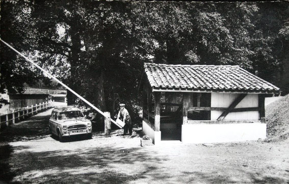 Carte postale datant des années 60 : le poste de garde d'un camping avec son planton en uniforme