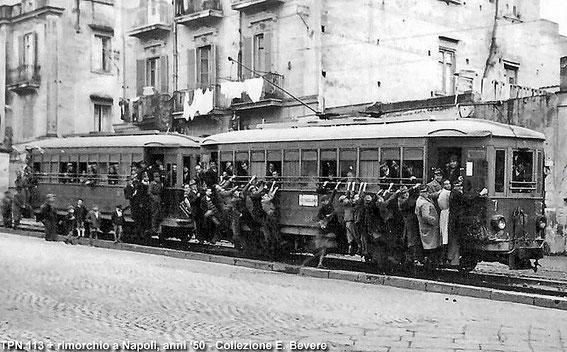 Tramway bondé à Naples dans les années 50