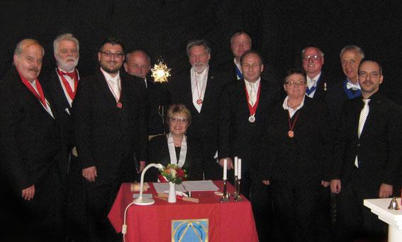 Nach der Festarbeit, Versammlung der Teilnehmer hinter dem Meistertisch