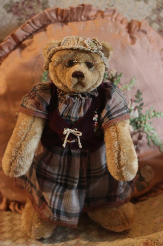 Мишка Тедди игрушка ручной рабобы Бабушка. Выполнена в классическом стиле плюс валяние вышивка лентами вязание на спицах и крючком