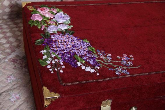 Вышивка лентами использована для украшения чемоданчика ручной работы.