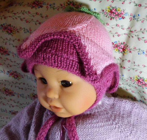 вязаная детская шапочка и кофточка на малыша.
