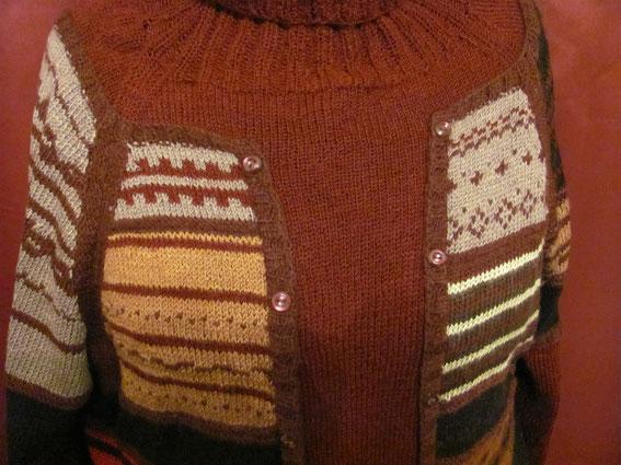 Еще пример сбора в одно изделие всех остатков пряжи. Пуловер  с имитацией  многослойности. Использование остатков пряжи.