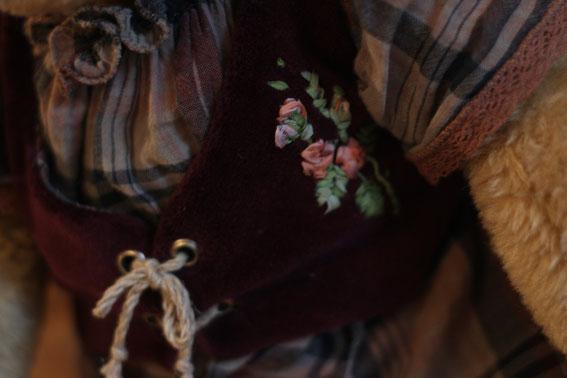 Вышивка лентами вышивка по бархату лентами Мишка Тедди игрушка ручной рабобы Бабушка. Выполнена в классическом стиле плюс валяние вышивка лентами вязание на спицах и крючком