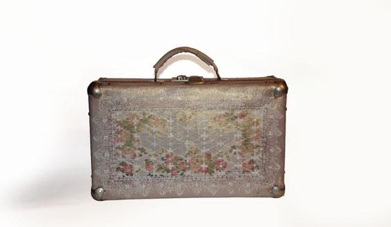 старый чемодан, чемодан для хранения, вышивка. хранение ниток