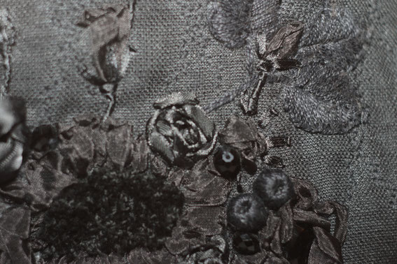 Вышивка бисером, лентами и крестиком, кружево. Сумочка на фермуаре.