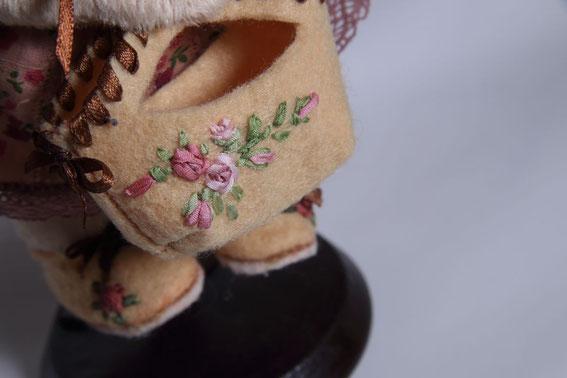 сумочка вышитая лентами игрушка ручной работы ботинки вышитые лентами одежда для мишки куклы