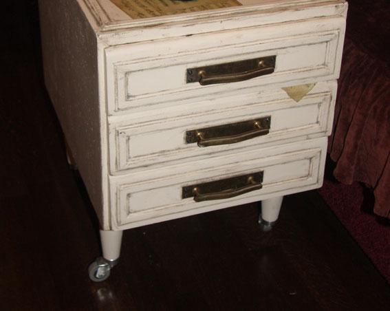 Прикроватная тумбочка сделана из блока ящиков старого письменного стола. Ножки балясины с колесиками.