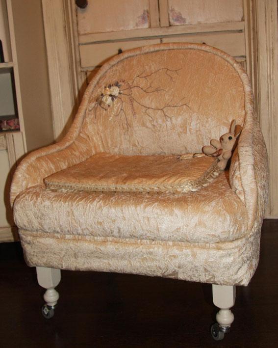"""Кресло собрано из """"осколков"""" старого дивана.Докуплены только ножки (балясины) и обивка.На обивке выполнена вышивка лентами. мебель ручной работы."""