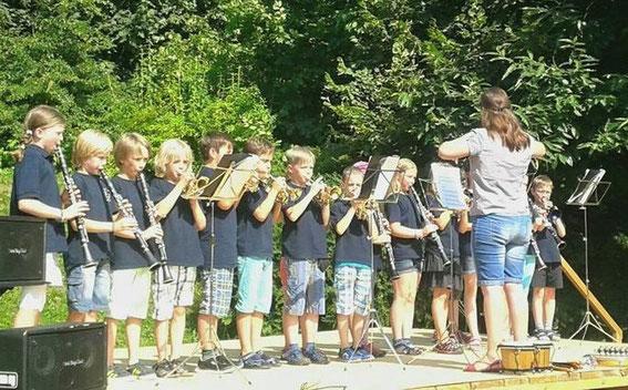 Unsere Bläserbande der Grundschule am Rothenberg in  Pöhlde beim Schulfest am 17.07.2015, Leitung Daniela Müller