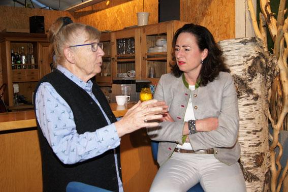 Inge Welzig und BJM Mag. Fiona Arnold beim Gedankenaustausch