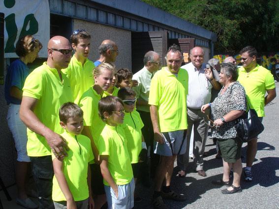 """Remise du trophée """"Jacky CARRAZ"""" aux jeunes de Gilly/Isère en prèsence de Monsieur le maire de La Motte et de la présidente du CODEP Savoie."""