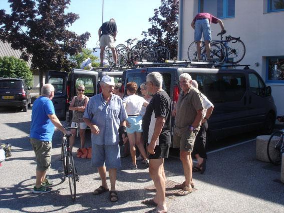 Chargement des 16 vélos et des bagages dans nos 2 minibus