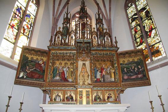 Pfarrkirche - Hochaltar. Er  wurde im frühen 20. Jahrhundert  in Trier (Atelier Karl Frank) konzipiert. Der Hochaltar enthält unten die Büsten der vier Kirchenväter Augustinus, Ambrosius, Gregor und H