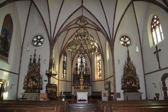 Pfarrkirche - Blick in den Altarraum (Foto: Richard Seer, Wiltingen)