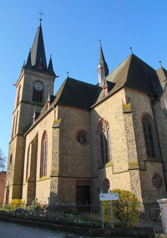 Pfarrkirche - Außenansicht 2 (Foto: Richard Seer, Wiltingen)