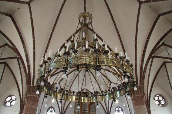 Pfarrkirche - Leuchter mit Orgelprospekt im Hintergrund. (Foto: Richard Seer, Wiltingen)
