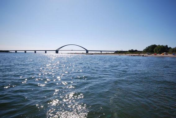 Strandhaus-Fehmarn II, Blick vom Wasser auf die Fehmarnsundbrücke
