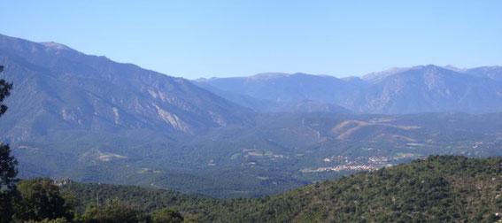 Vue sur la vallée de Marquixanes à Prades, haut Roussillon, depuis le jardin