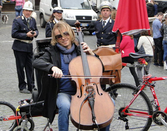 A cello player in front of the Pantheon