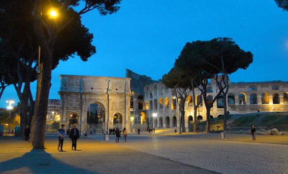 Konstantinsbogen und Colosseum bei Nacht