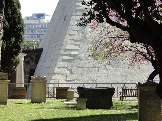 Pyramidenfuß mit Gräbern