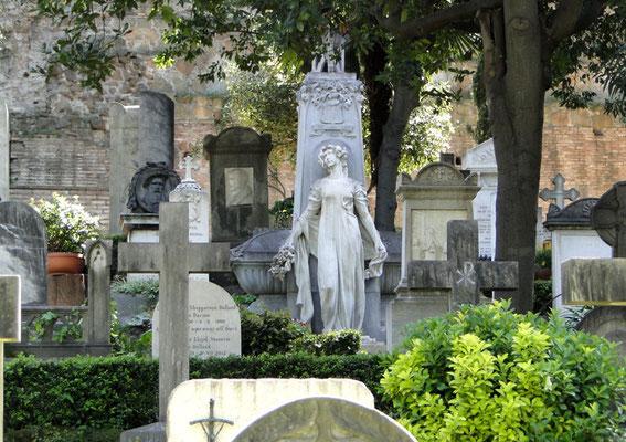 Im Friedhof Cimitero Acattolico gibt es viele interessante Gräber