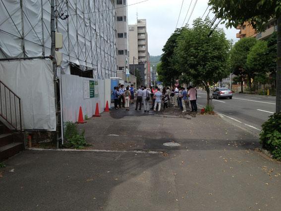 賃貸マンション工事中現場見学している参加者の方々