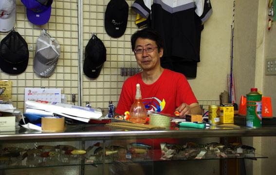 「天狗」の平井誠さんは卓球の名人。みなさん、神戸に行ったら元町の「天狗」でまたプラグが買えますよ! ちなみにお店は午後からの営業です。お休みは火曜です