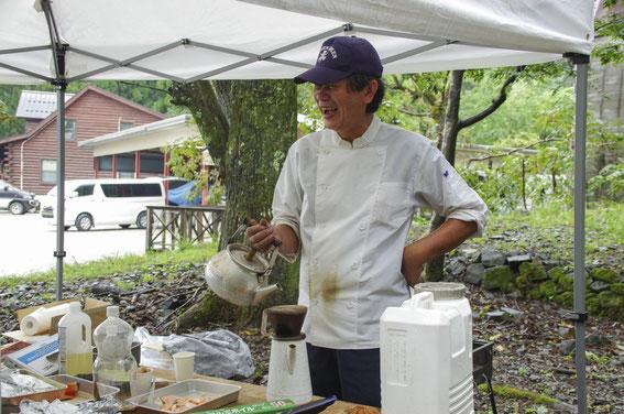 いつも料理の腕をふるってくださる大野キャプテンが、みなが沖へ出て戻るまでの間、雨が降るなか料理の下準備中。とりあえずコーヒーブレーク でほっこりしておられるのをを激写!