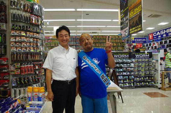 「フィッシングエイト京都伏見店」にて。小誌がいつもお世話になっているライトソルトルアーの名手・武田栄さんのイベントが開催されるのに気付き、急遽お店へ。左は06号で「浜松方式」のコアユ釣りを御指導いただいた藤本さん