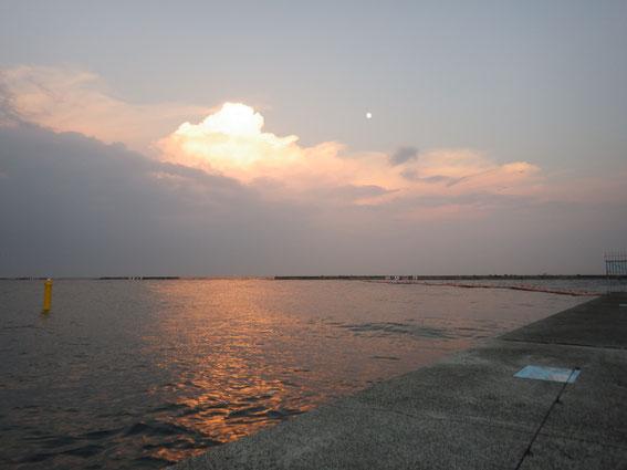 岸壁に埋められたプレートでガーンとなったキレイな夕暮れ時!