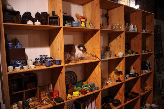 """「古道具&カフェ海津」の、もう、めっちゃ素敵な店内。最近は""""絶景のテラス席のあるおしゃれなカフェ""""としての評価もうなぎのぼり! オーナーさんは、ルアー釣りの基礎を築かれた、レジェンドのお一人なのです"""