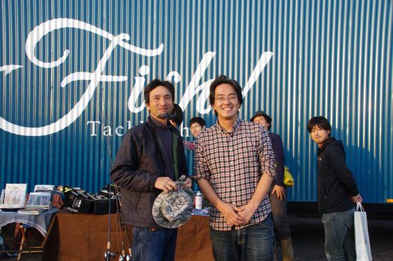 """中央右は今イベントの主催「Fish!  Tackle  Shop」の澤井さん、左はネコビジョン北谷氏。後ろでキメているのは本誌04号の表紙を飾った""""さわやかギリギリ青年隊""""のみなさん(行友氏・[4s&Parabolics]の和田氏・本誌のアイドル荒川師匠)"""