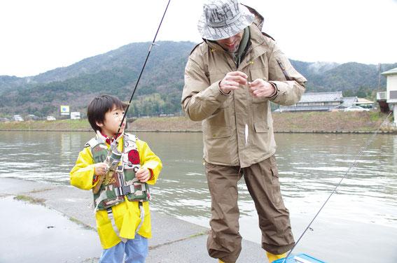 今年のホンモロコはシーズンインが早かったです。近年釣り場が混み合い釣り座の確保が難しいことも多いですが、悪天候の日、もしくは午後からなら比較的人が少ないです。群れがまわっていれば、子供でも釣れるチャンスありですー