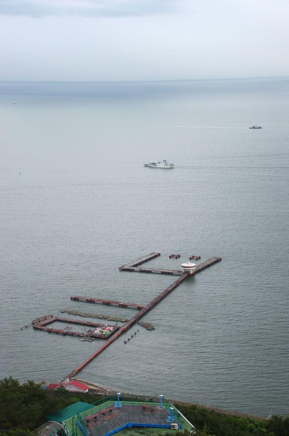 「須磨海づり公園開園40周年記念釣り大会」におじゃましてきました! 同公園の釣り桟橋と、赤いベルトコンベアーが並んでいた須磨の海が懐かしいです。幼少期に、近所の山の麓に住んでいたもので……