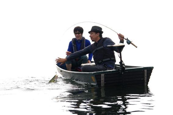 小誌04号で御登場いただいた「4S&Parabolics」の和田さん(右)が、自社プロト(撮影当時)のグリーンヘッドのかわいいペンシルベイトで見事に釣り上げた! 左で見守るのは六度九分の行友さん