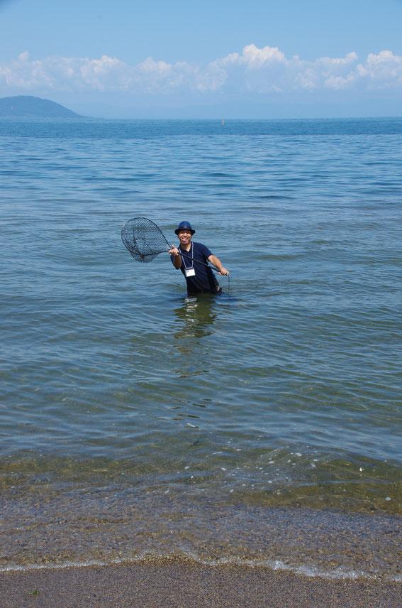 なぜか溺れていたコウモリを、ランディングネットで救出してポーズを決めた4S&パラボリクスの和田さん