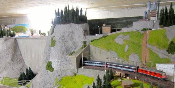 Tunnel durch die Staumauer (0832)