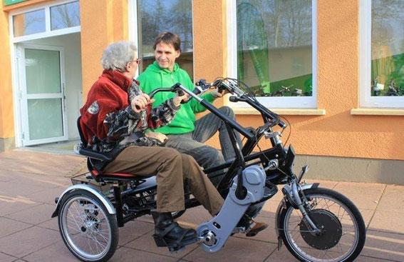 Dreirad fahren hält Senioren aktiv