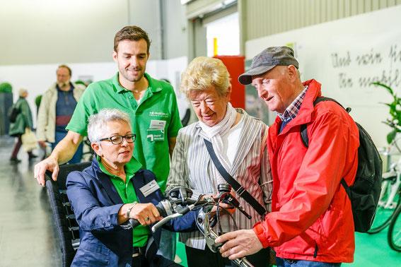 Dreirad Experte berät beim Kauf für ein Dreirad