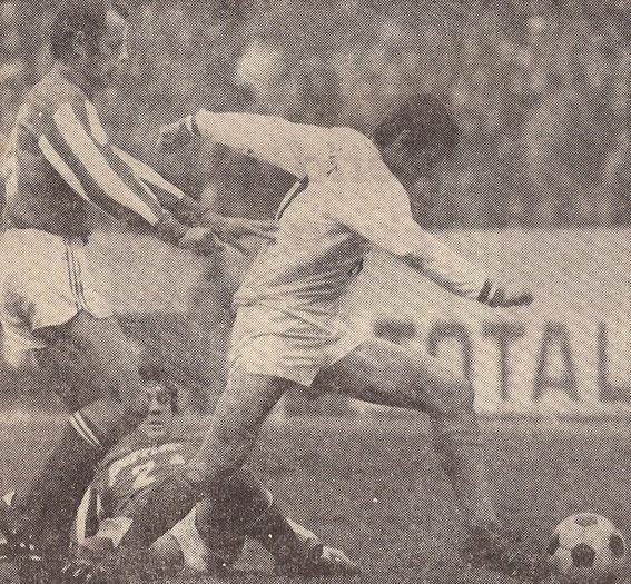 René LE LAMER à la lutte avec Josip SKOBLAR après un tacle raté de Diego GARZITTO