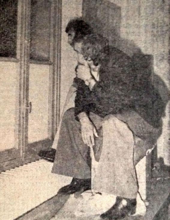 DOUIS et KATALINSKY regardent le match de la fenêtre des vestiaires sous la tribune PETRIGNANI