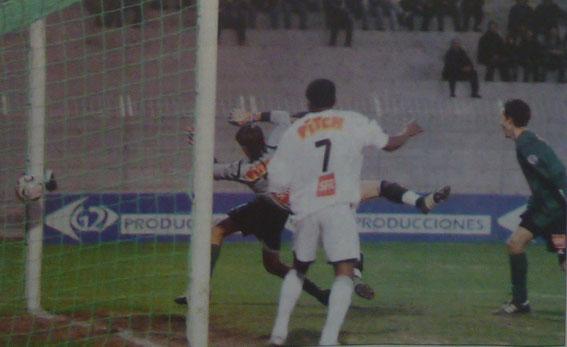 Pouplin s'incline sur une frappe de Da Fonseca .