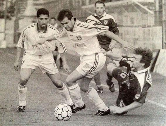 L.Moravcik à terre devant Violeau et Lamouchi sous les yeux de P.Valery