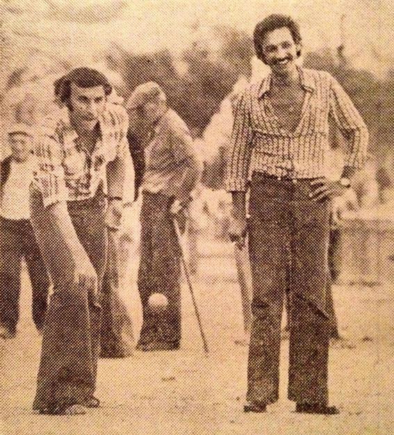 Dragan DZAJIC s'initie à la pétanque sur la place St Nicolas en compagnie de Jules FILIPPI