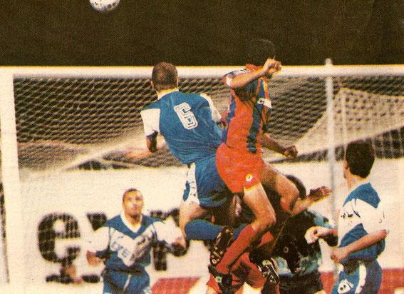 Laurent Casanova à la lutte avec un attaquant du Gazelec sous l'oeil de Pierrot Bianconi.