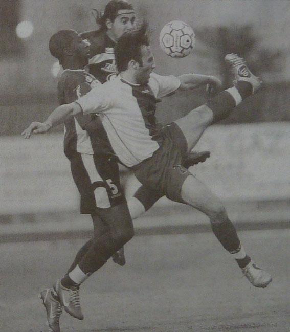 JJ Mandrichi et Ouedraogo à la lutte avec Cascinelli (ACA)